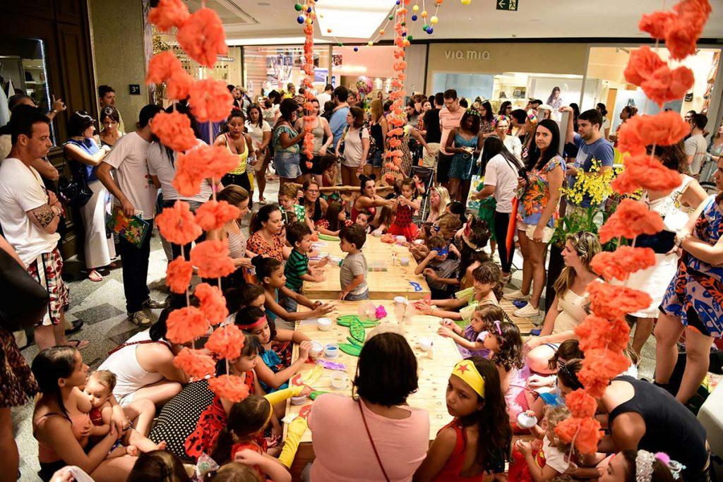 Bloco de carnaval infantilmultidão mascaras