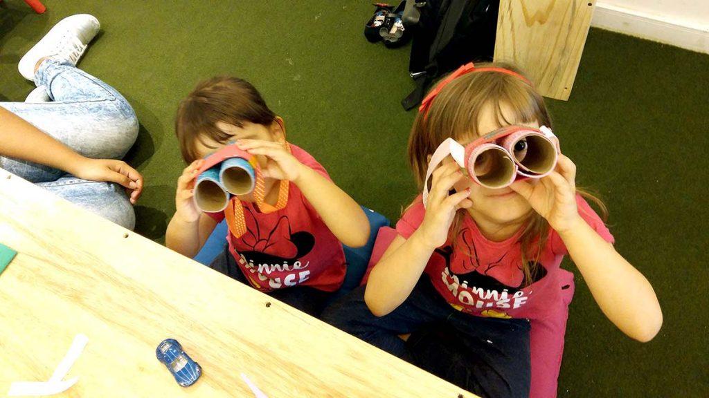 crianças com binóculos