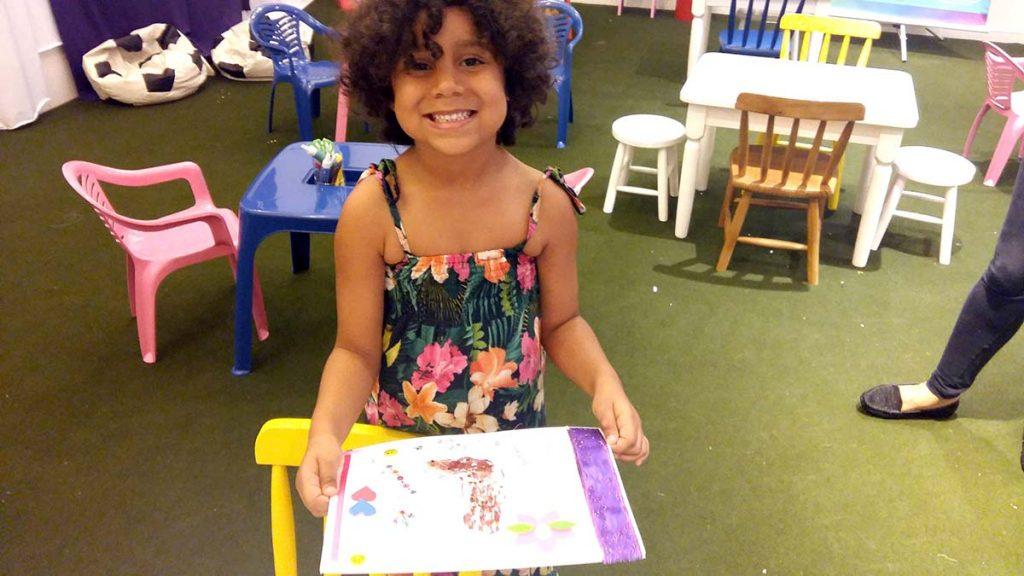 Brincadeira de criança menina sorrindo com desenho