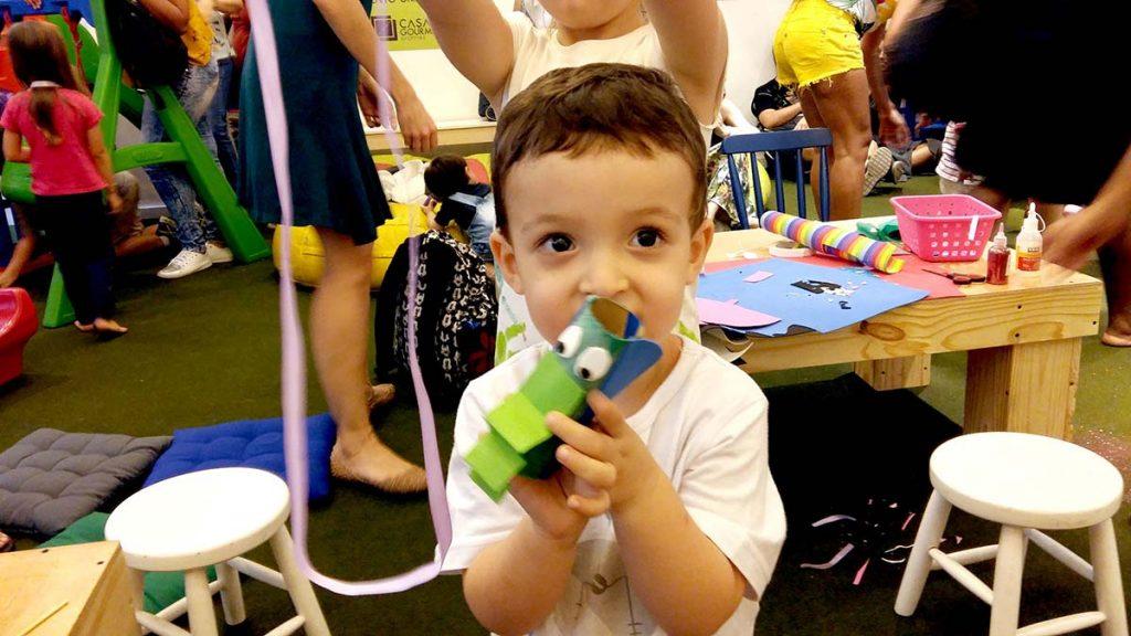 menino com brinquedo na mão