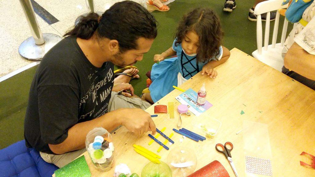 Brincadeira de criança pai e filha fazendo arte