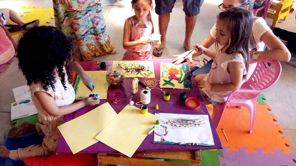 Brincadeira e reciclagem meninas fazendo arte
