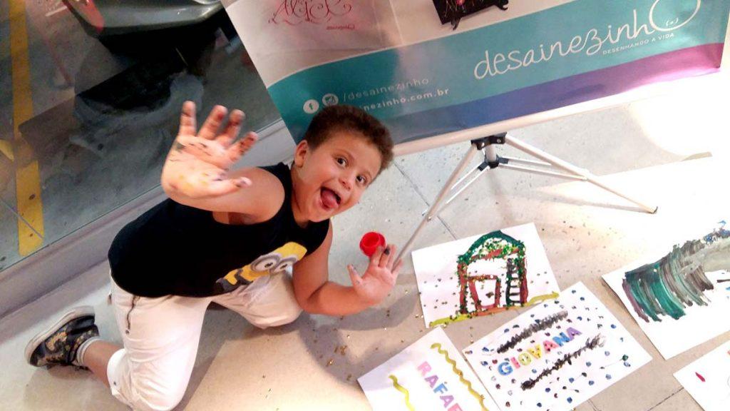 Brincadeira e reciclagem menino alegre