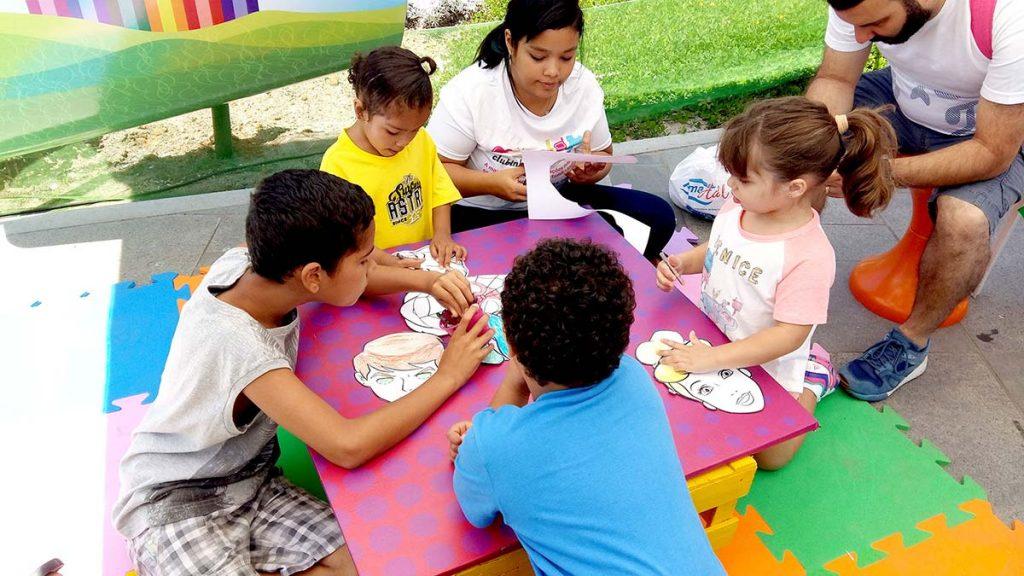 crianças pintando máscaras