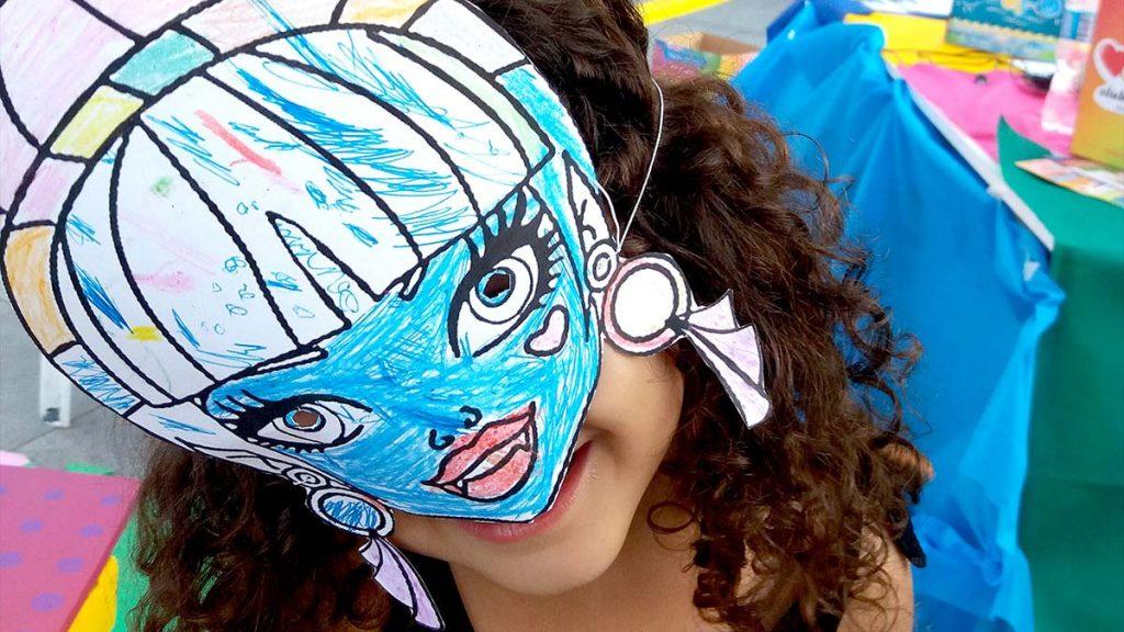 menina com máscara