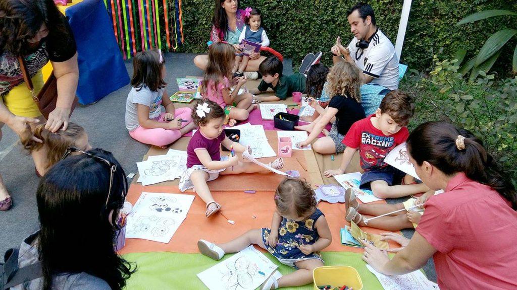 crianças brincando e desenhando