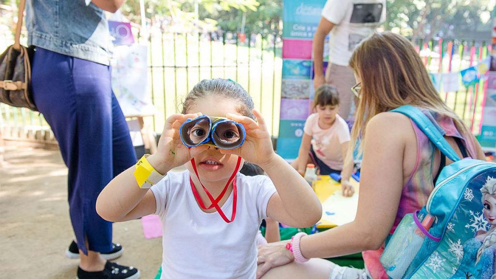 menina com binoculo de papel