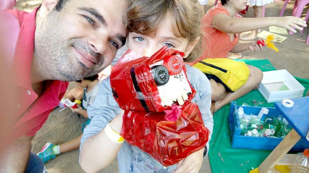 brincar pai e filha com brinquedo