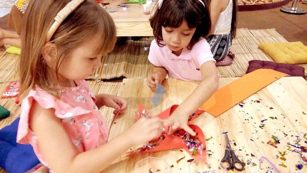 meninas fazendo arte