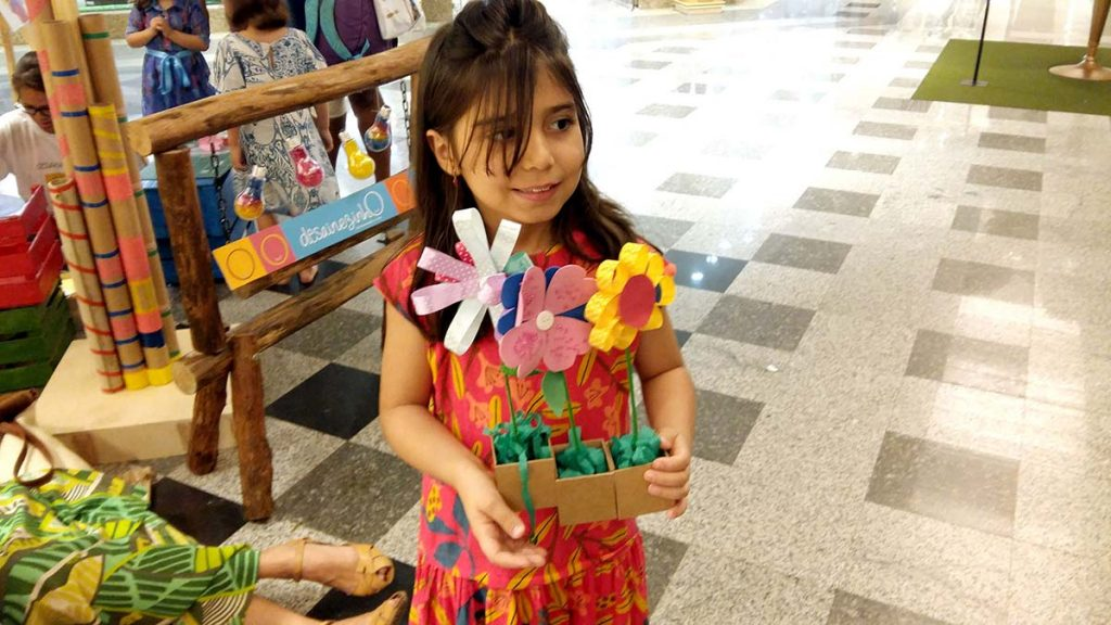 menina sorrindo com flores