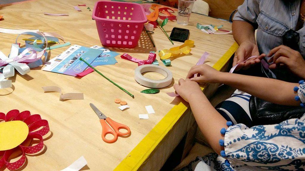 mesa com menina fazendo arte
