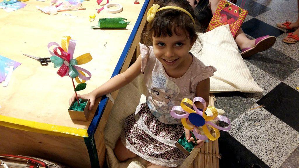 oficina de primavera crianca segurando flor