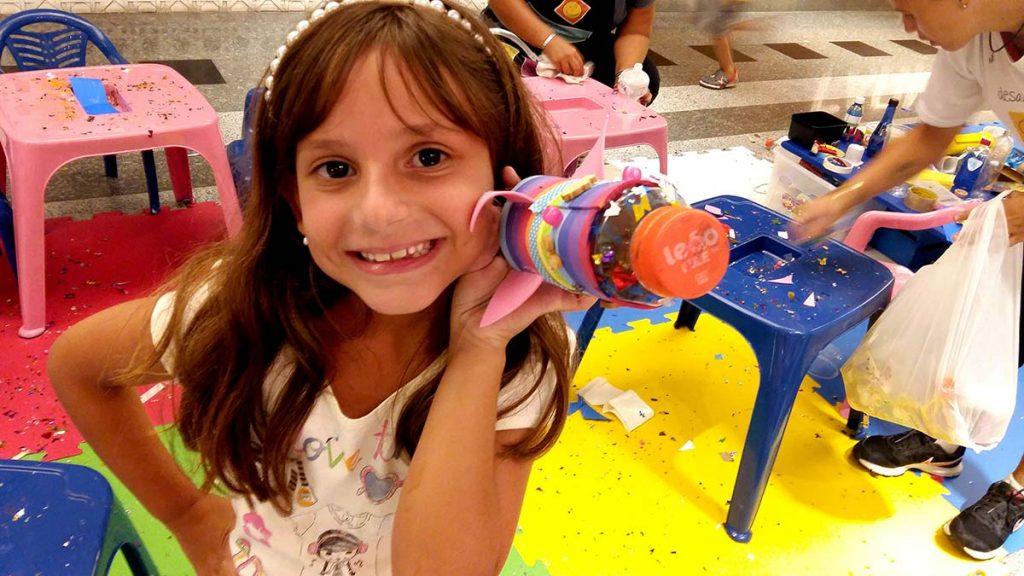 Férias e diversão menina com foguete
