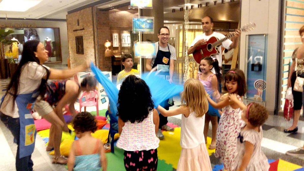 Férias e diversão crianças com pano