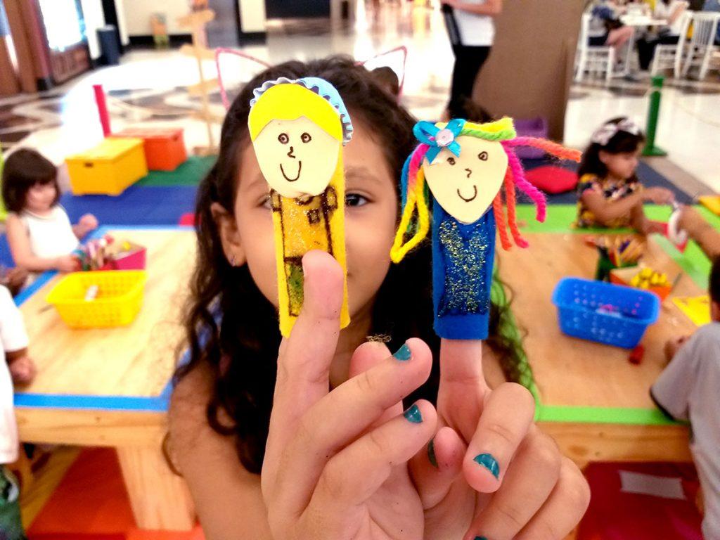 férias e diversão menina com dedoche