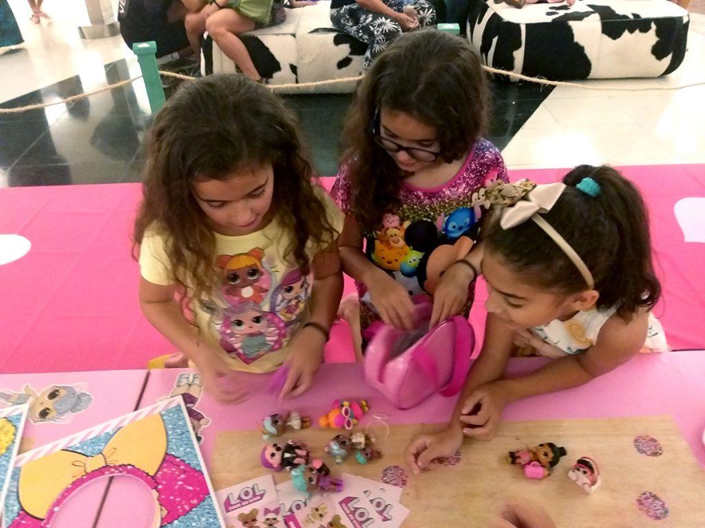 bonecas LOL meninas trocando bonecas