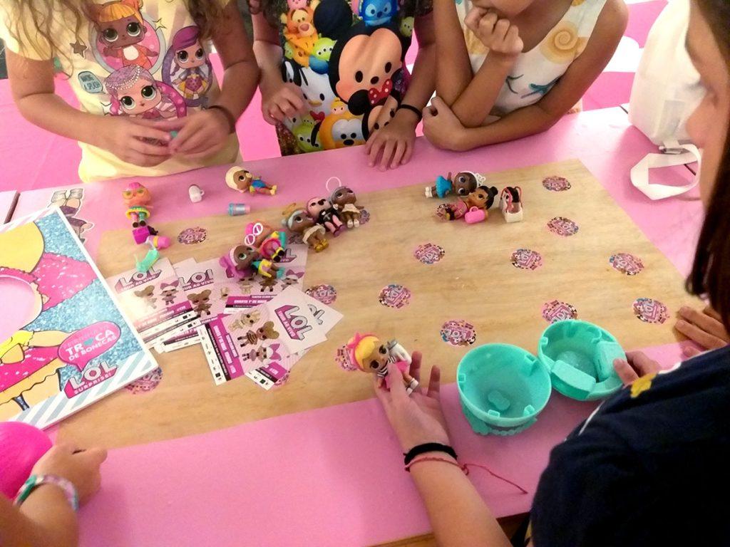 bonecas LOL mesa com meninas