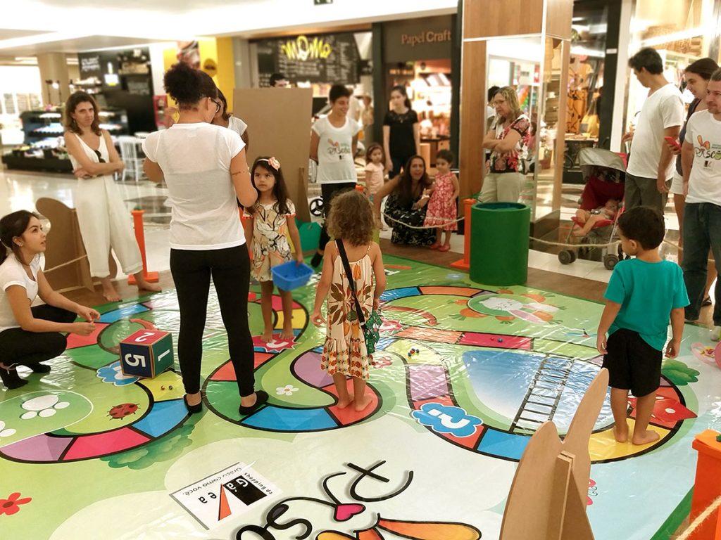 atividade infantil crianças jogando em tabuleiro