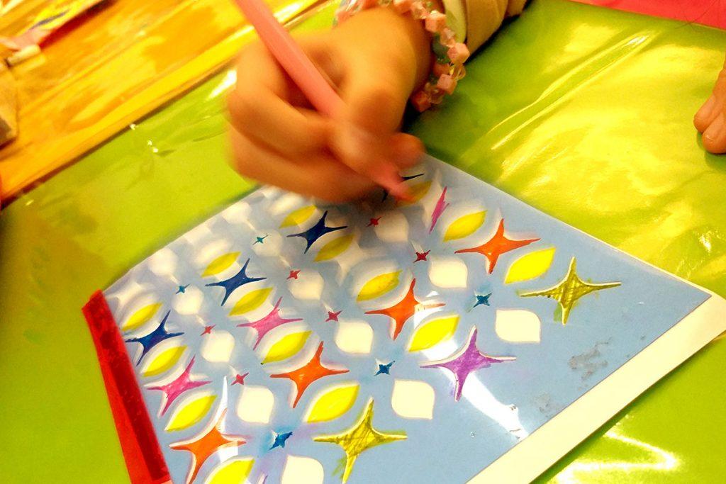 oficina de arte mão desenhando na mesa