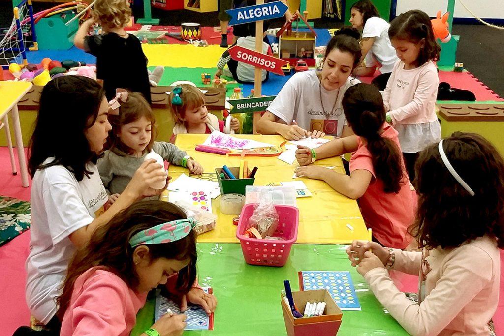 oficina de arte crianças desenhando na mesa