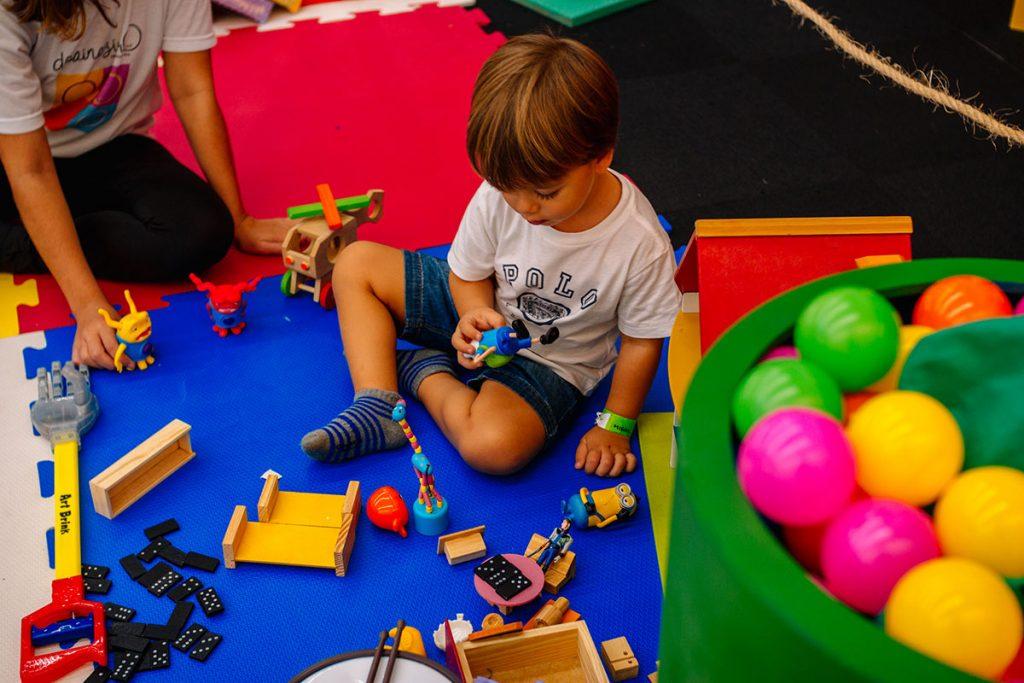 oficina de arte menino brincando com boneco