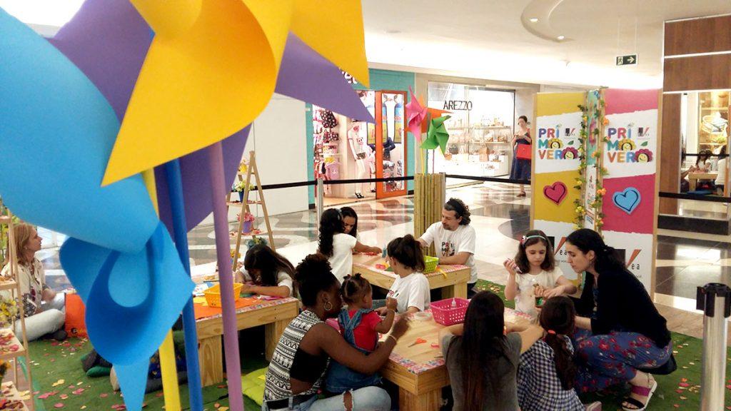 Diversão infantil criancas fazendo arte