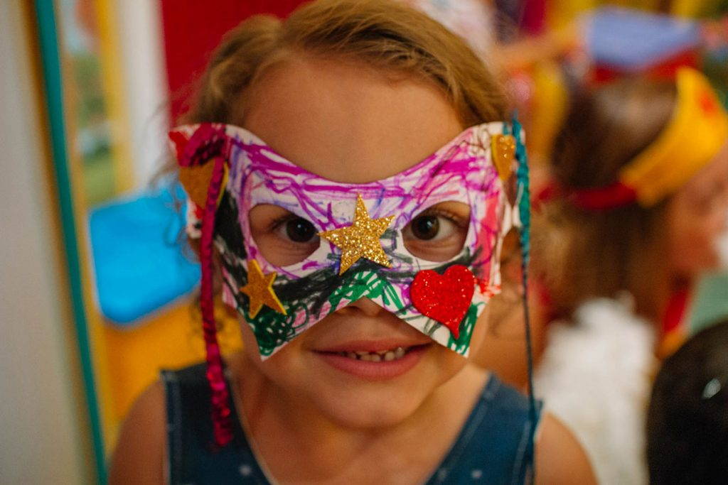 menina máscara