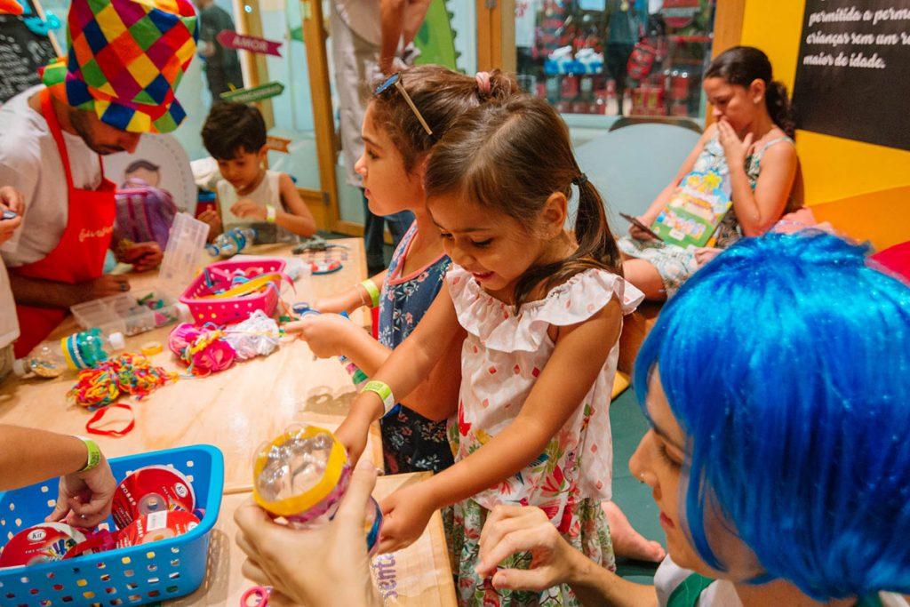 mês das crianças criando instrumentos