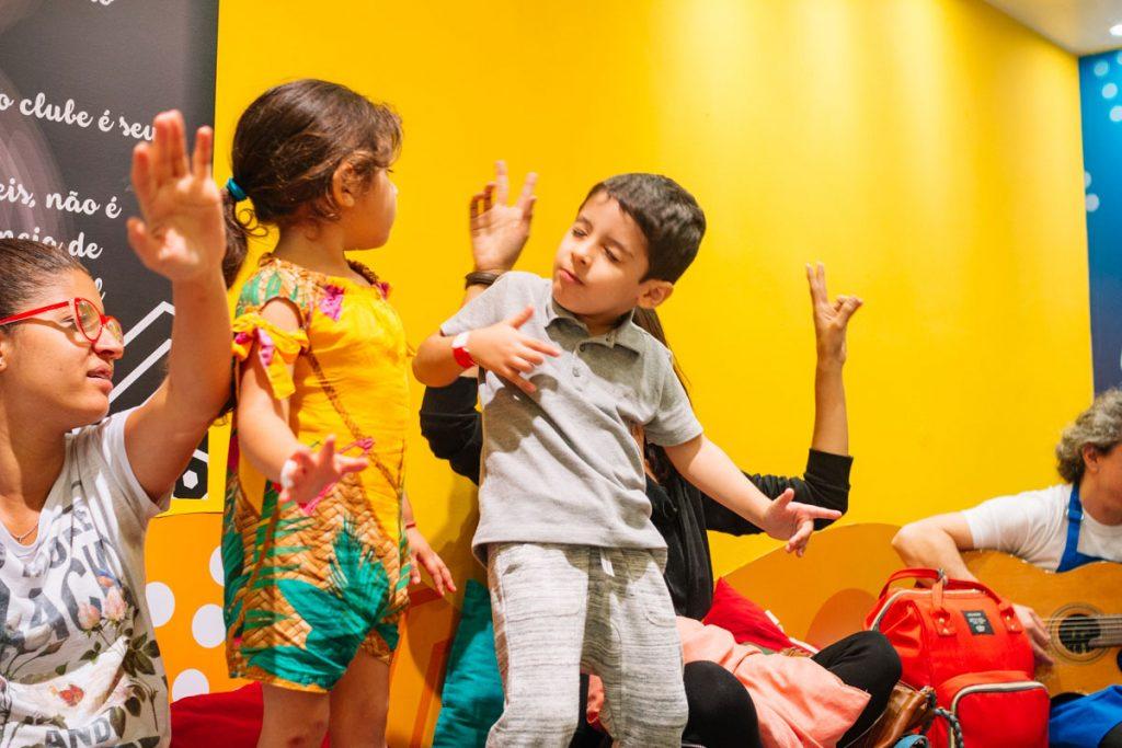 mês das crianças menino dançando